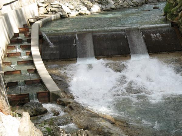Une petite central hydro-electrique construite en 2011 sur la rivière Aurino, Bolzano, Italy
